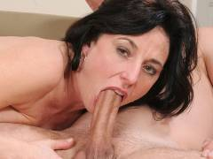 Amateur mom sucking and drilling